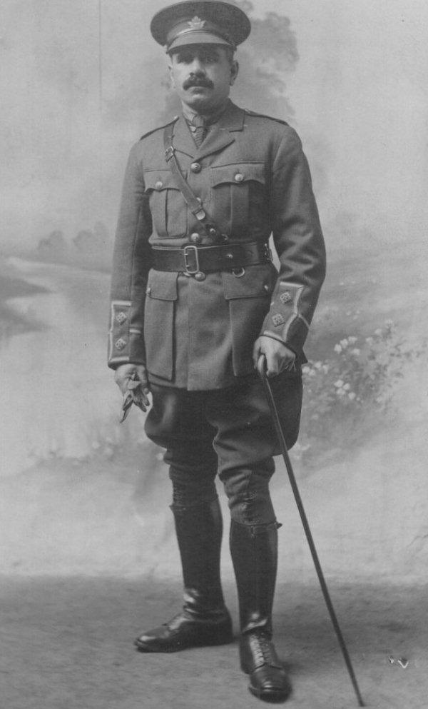 Photo de Everett Langford – Lieutenant Everett Langford du 135e Bataillon de Middlesex. Natif de Granton (Ontario), il habitait la rue High à London (Ontario). Tué au combat le 8 août 1918 en sortant des tranchées, alors qu'il faisait partie du 52e Bataillon du Corps expéditionnaire canadien.