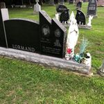 Pierre tombale – Ceci est une photo de la tombe de Patrick Lormand qui est située à Chute A Blondeau, Ontario. Sur sa tombe, il y a des fleurs, ainsi que 2 pièces de 25 cents et une pièce de 10 cents pour montrer qu'elle a été visitée par des ex militaires. Le site de la tombe est situé près du devant d'un petit cimetière  à côté de champs paisibles. Patrick manque à ces proches et il sera commémoré dans sa communauté, même 11 ans après son décès. Nous n'oublierons jamais ce jeune homme et comment il mit tout de côté pour sa ville, sa province et bien sûr son pays. Merci de ton service Patrick, nous nous souviendrons.