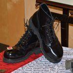 Mémorial – Voici les bottes de cérémonies de Joshua présenté à un événement en son hommage.